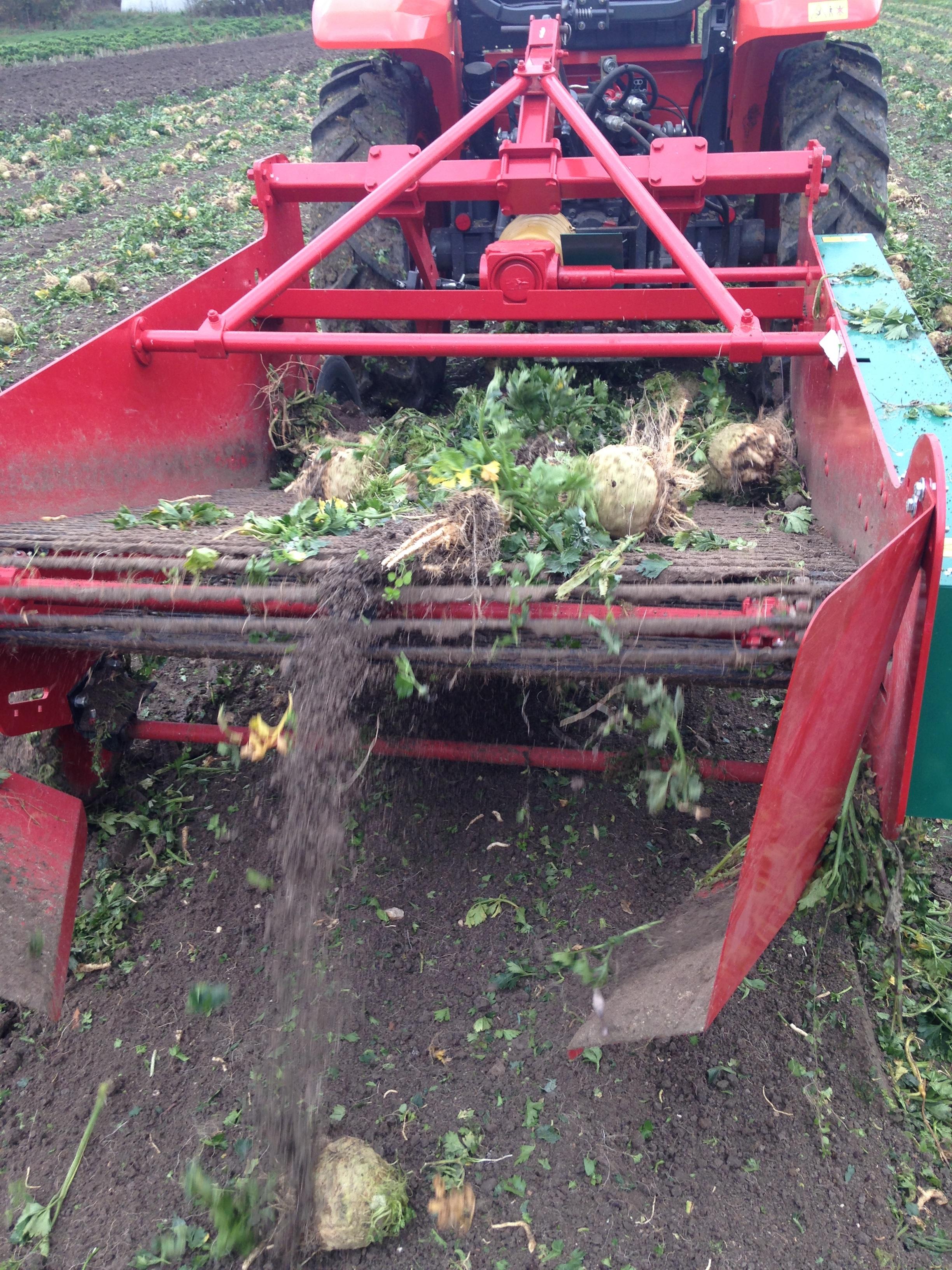La machine secoue la récolte